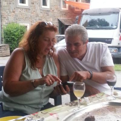 Jo en Nicole kijken  10 jaar foto's terug