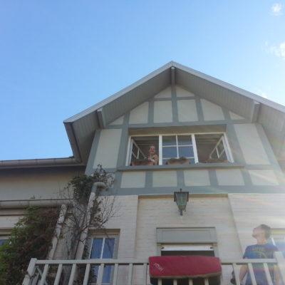 Ons balkon en de zolderkamer van de jongens