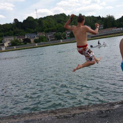 Springen in de rivier De Maes