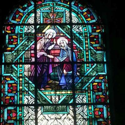 Kerkenbezoek en kaarsen branden voor overleden geliefden