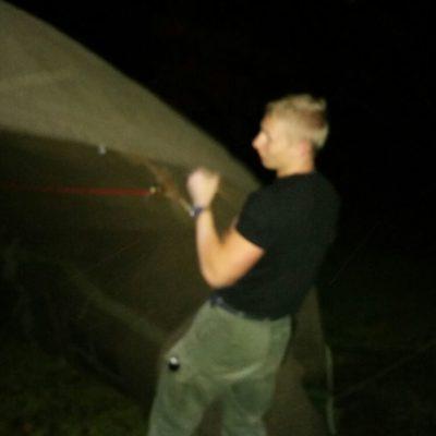 Samen met de leiding s'nachts de tent opzetten
