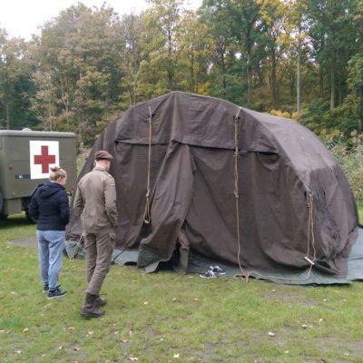 Tent en spullen opruimen na het kamp